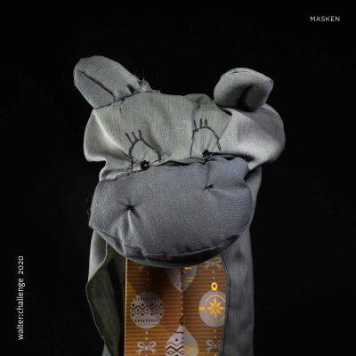 Die Nilpferd Maske wirkt zuerst ganz harmlos und entfacht erst bei näherem Betrachten ungeahnte Kräfte. Schnell und äußerst gefährlich zieht diese Maske unter der Vorspielung falscher Tatsachen den Feind zuerst mittels seines niedlichen Wesens in seinen Bann, um es dann auf äußerst brutale Art und Weise zu vernichten. Diese Maske ist zwar klein, aber oho.