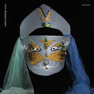 Diese Maske zierte das Haupt der Prinzessin Bethari Shante von Kediri und Raden. Dem Gesichtsschmuck lag ein so großer Zauber inne, dass des Sultane und Schahs die Prinzessin mit Gold und Silber überhäuften um Ihre Gunst zu gewinnen. Die Aura, die diese Maske umgibt strahlt eine so große Eleganz und Ruhe aus, dass sie die Betrachter in einen Trancezustand zurücklassen. Also betrachtet diese Maske ruhig länger und verspürt die Einkehr einer inneren Zufriedenheit und Wohltat. Lasst euch mitreißen von der Stille – denn diese Stille kommt in unserem stressigen Alltag viel zu selten vor.